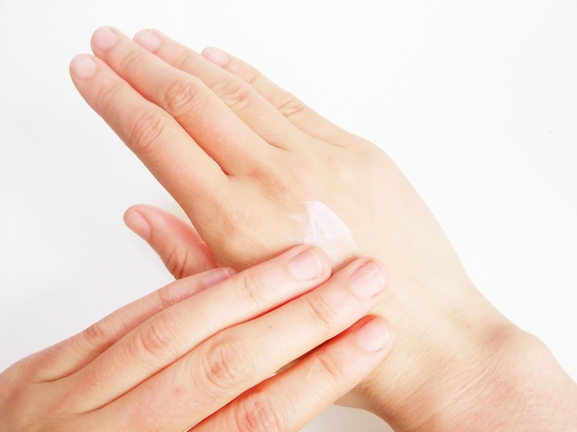 秋冬に硬くなりがちな肌をふっくら柔らかに、乳液の役割とは 02